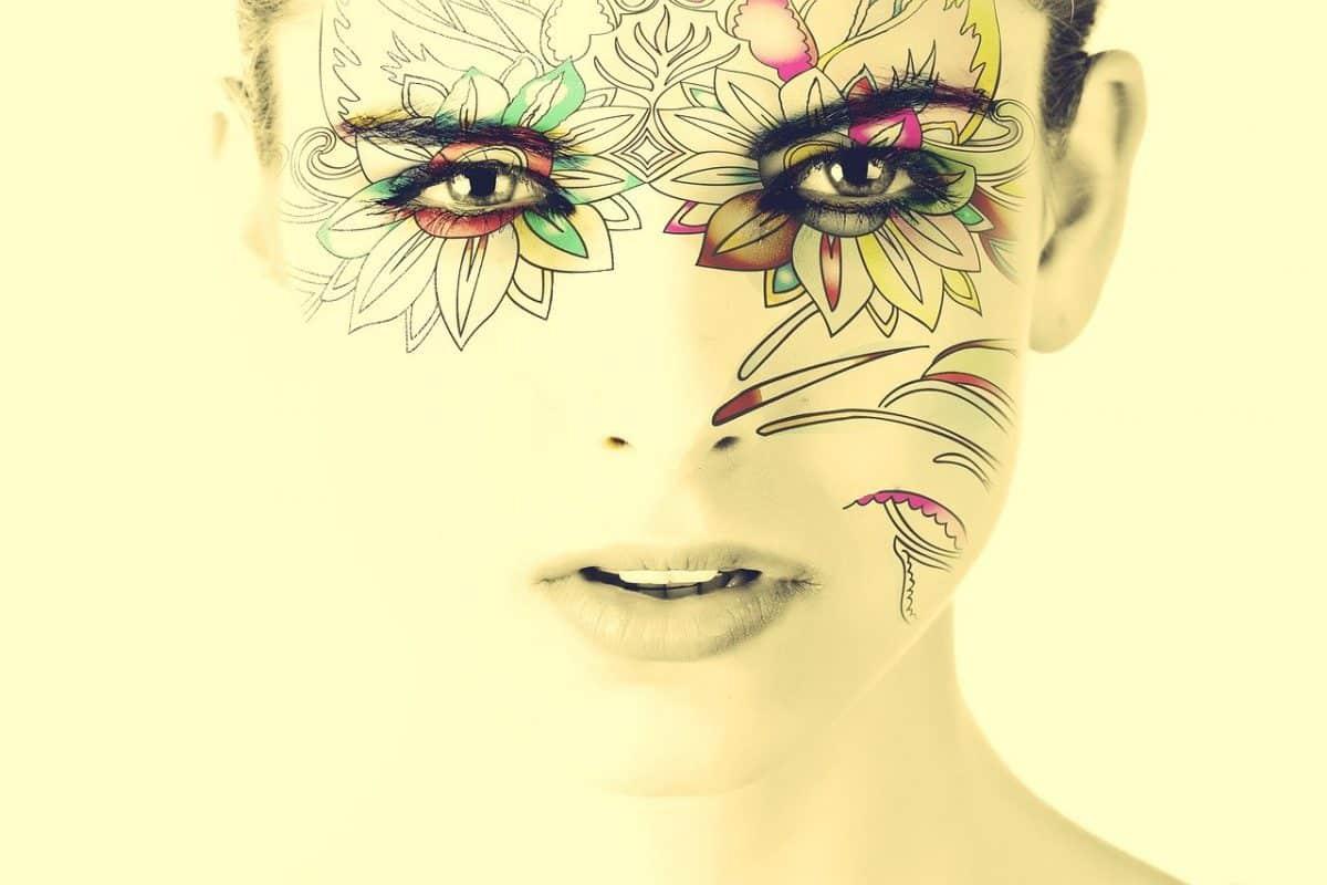 Un tatouage éphémère sur le visage