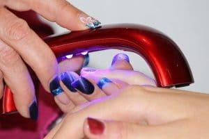 Manucure avec lampe à UV