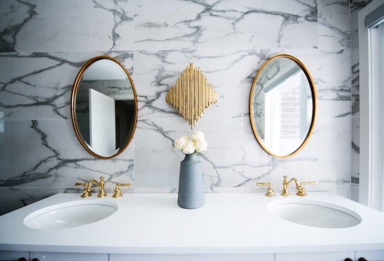 Ranger les produits de beauté dans la salle de bain